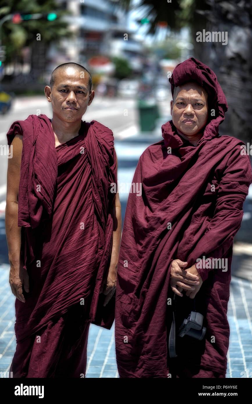 I monaci buddisti del Myanmar (Birmania) visitando la Thailandia come turisti. Thai street scene Immagini Stock