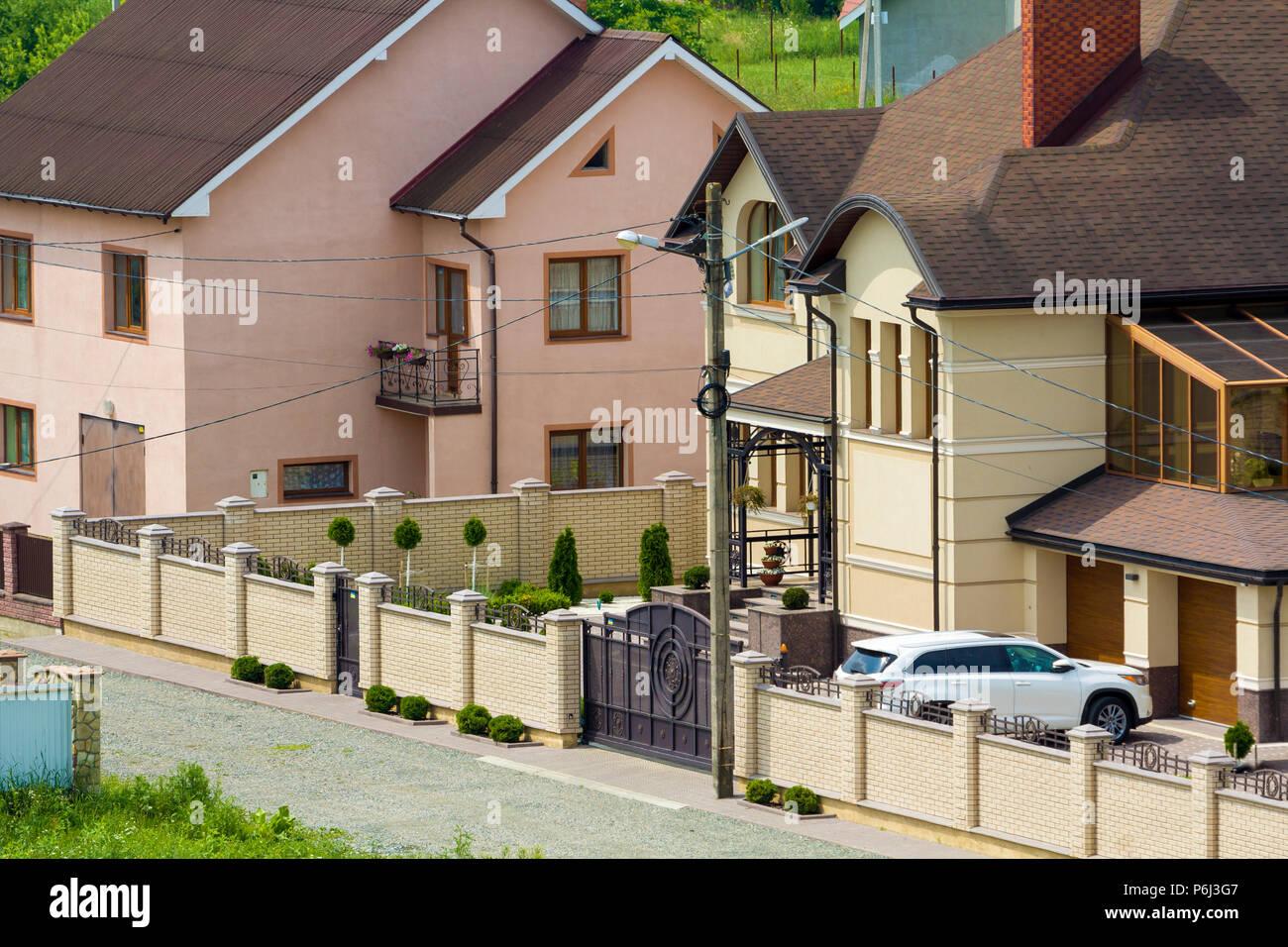 Tranquilla zona residenziale con nuovi e costosi due storia