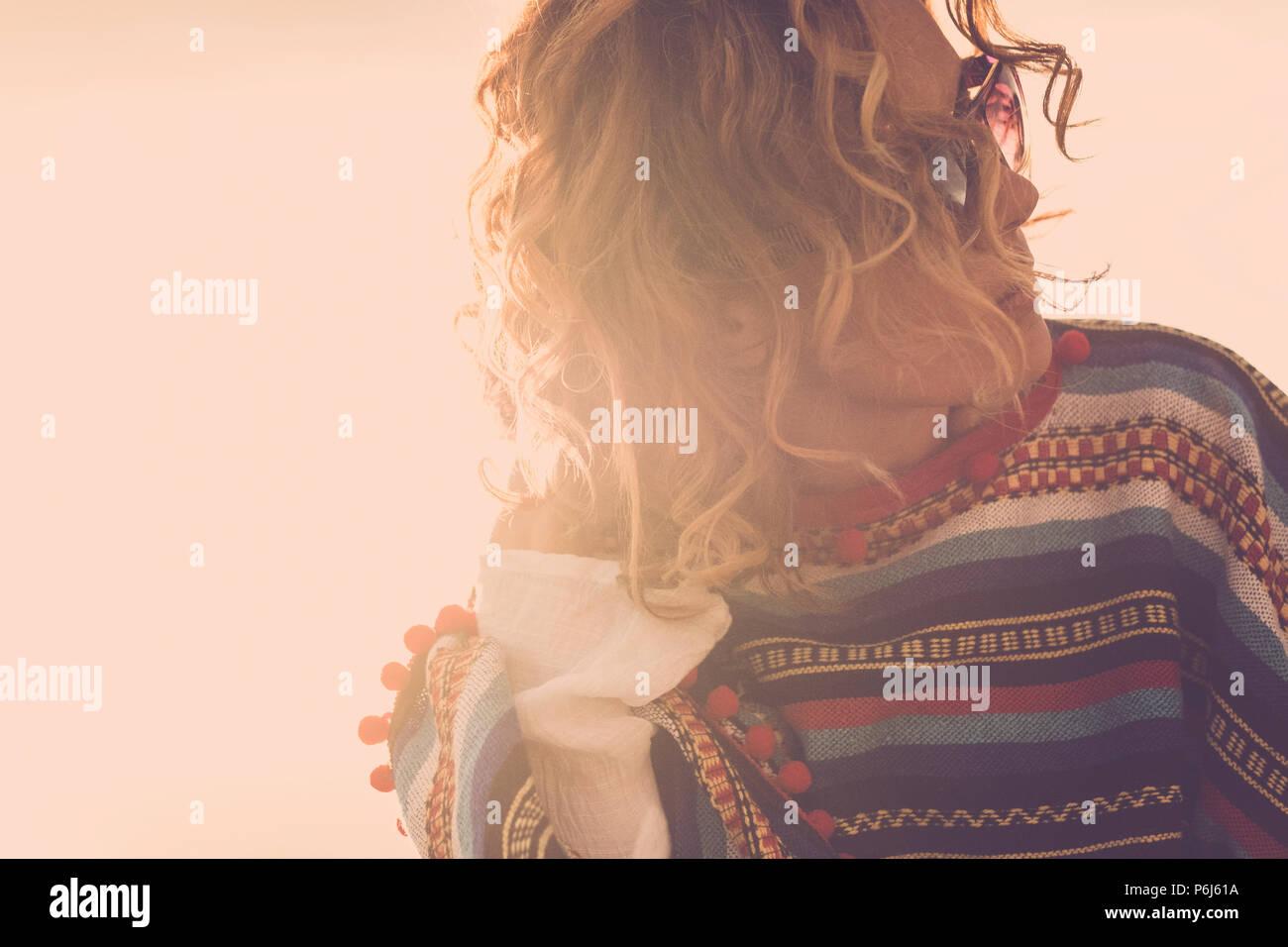 Hippy stile messicano Poncho indossa per il bellissimo modello medioevo bella donna outdoor con vento in aria e unglasses durante un golde tramonto. vintage Immagini Stock