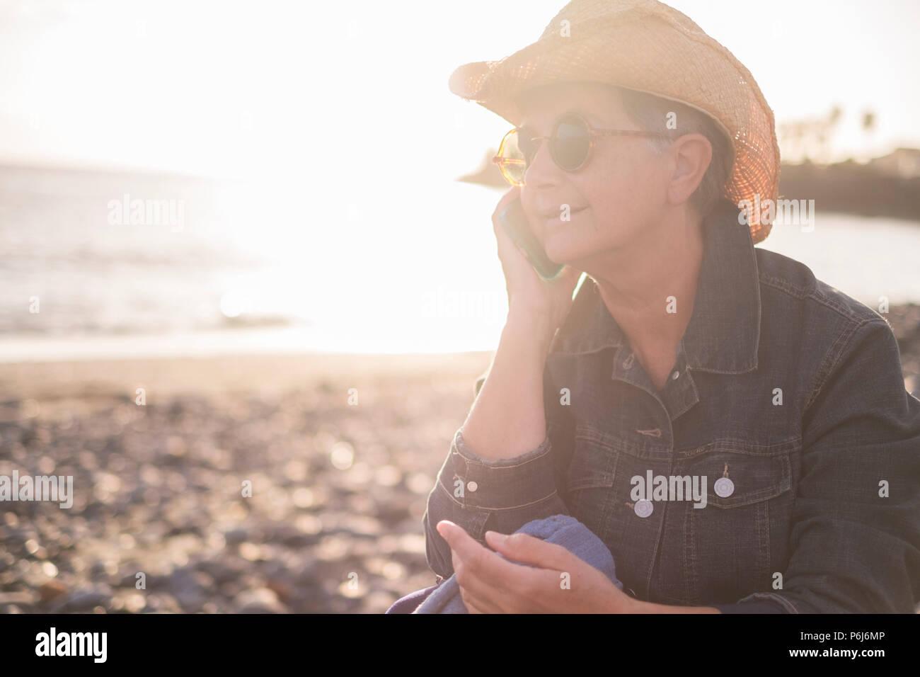 Adulto Bella Signora Caucasica Parlare Al Telefono Sulla Spiaggia