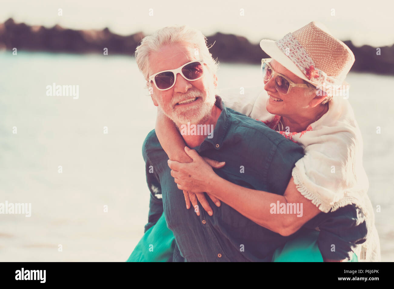La felicità giovane caucasian persone godono e sorridere all'esterno le attività per il tempo libero durante le vacanze estive. amare per sempre insieme e laughi per un maschio Immagini Stock