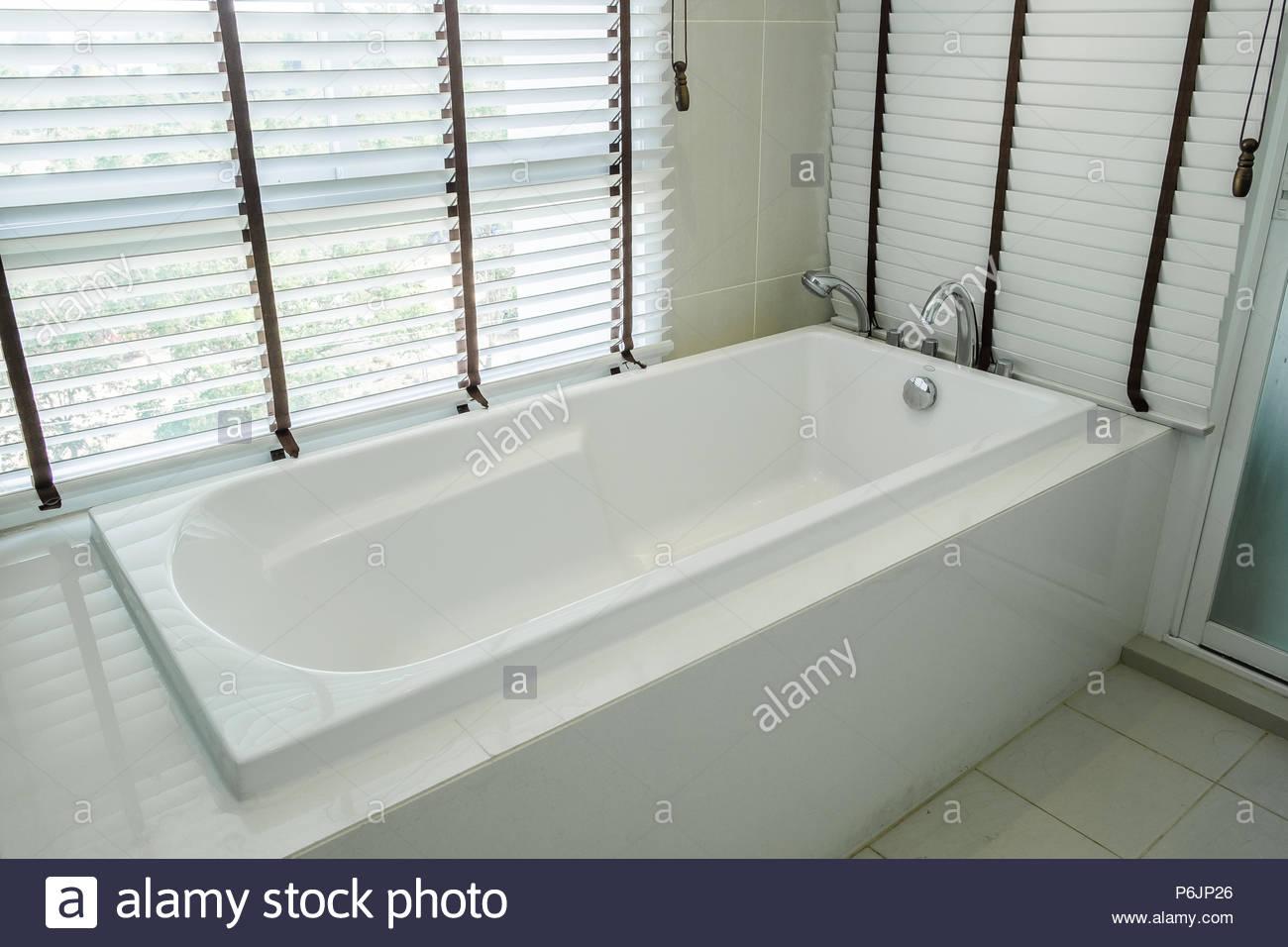 Vasca Da Bagno In Ceramica Bianca Di Lusso Interno Nella Stanza Da