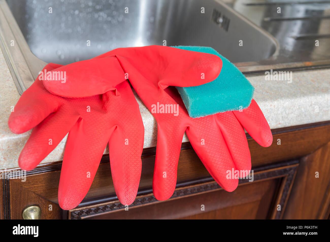 Protezione delle mani: rosso lattice Guanti per la casa e la detersione di spugna. Foto Stock