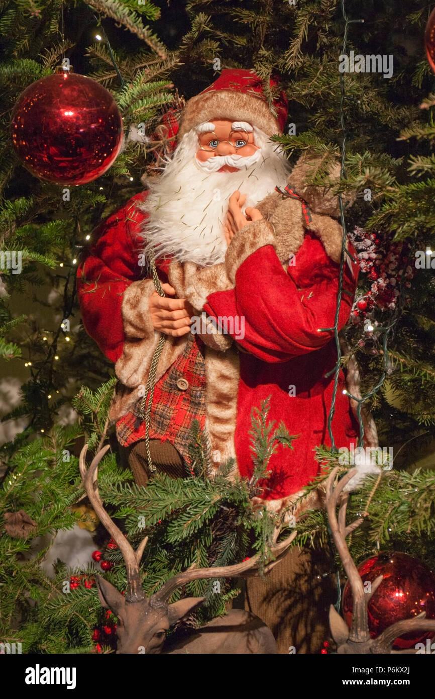 Albero Di Natale E Babbo Natale.Decorative Babbo Natale Su Albero Di Natale Con Le Luci Accese E Le Renne Foto Stock Alamy