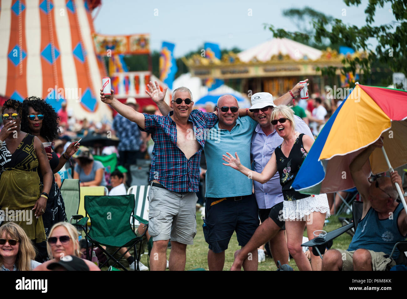 Glynde, East Sussex, 1 luglio 2018. I frequentatori del festival godetevi un altro caldo bruciante e giorno umido a Glynde luogo nella suggestiva cornice della South Downs, per l'ultima giornata di amore supremo del sesto festival consecutivi. Credito: Francesca Moore/Alamy Newscolo Live Immagini Stock