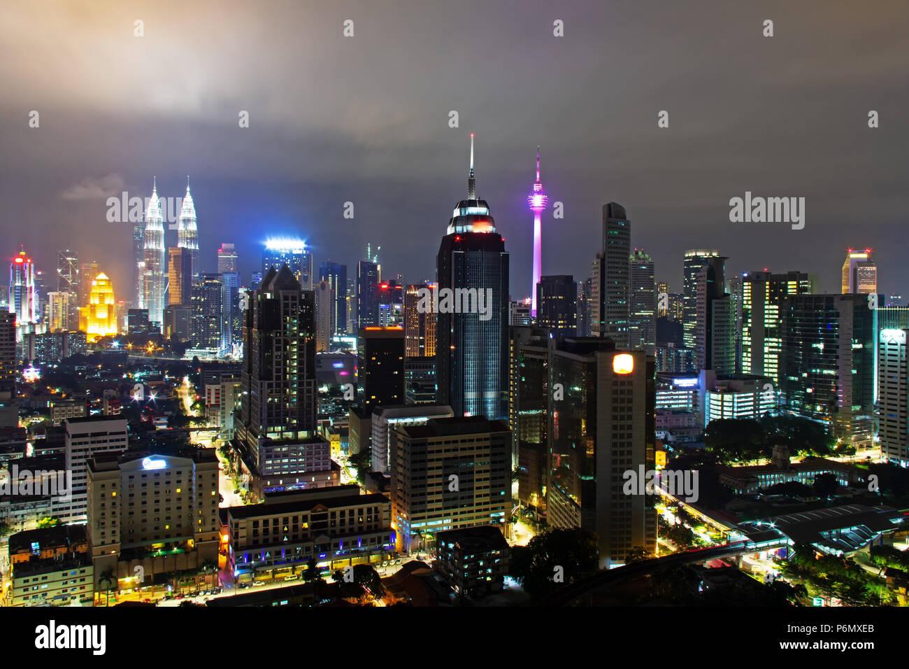 Vista notturna dello skyline di Kuala Lumpur, la capitale della Malesia. Immagini Stock