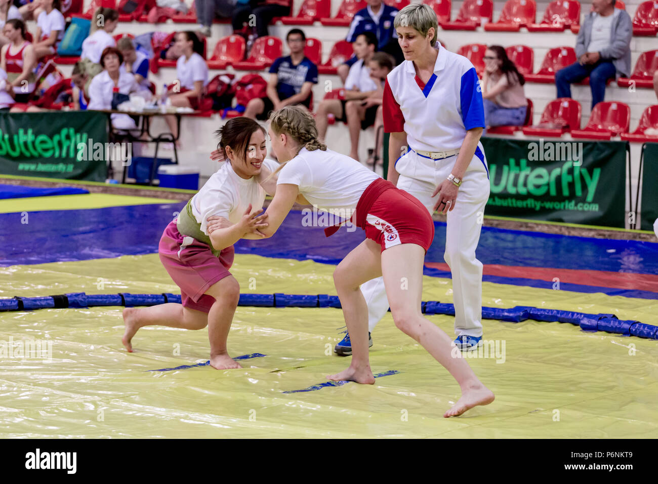 La Russia, Vladivostok, 06/30/2018. Sumo wrestling la concorrenza tra le ragazze nati nel periodo 2003-2004. Tornei di adolescenti di arti marziali e sport di combattimento. Foto Stock