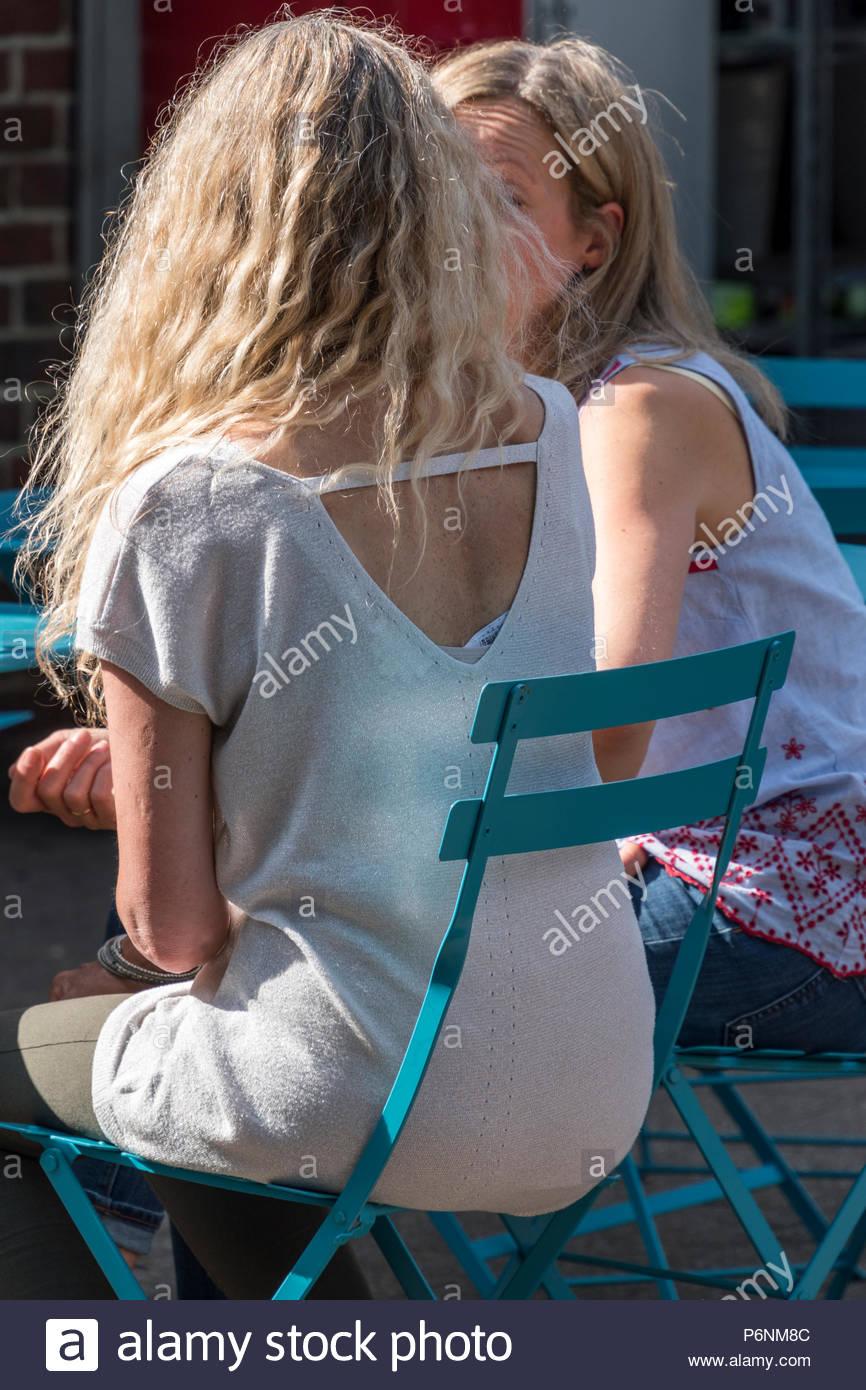 Due donne che chiacchierano in centro città, Ringwood, Hampshire, Inghilterra, Regno Unito Immagini Stock