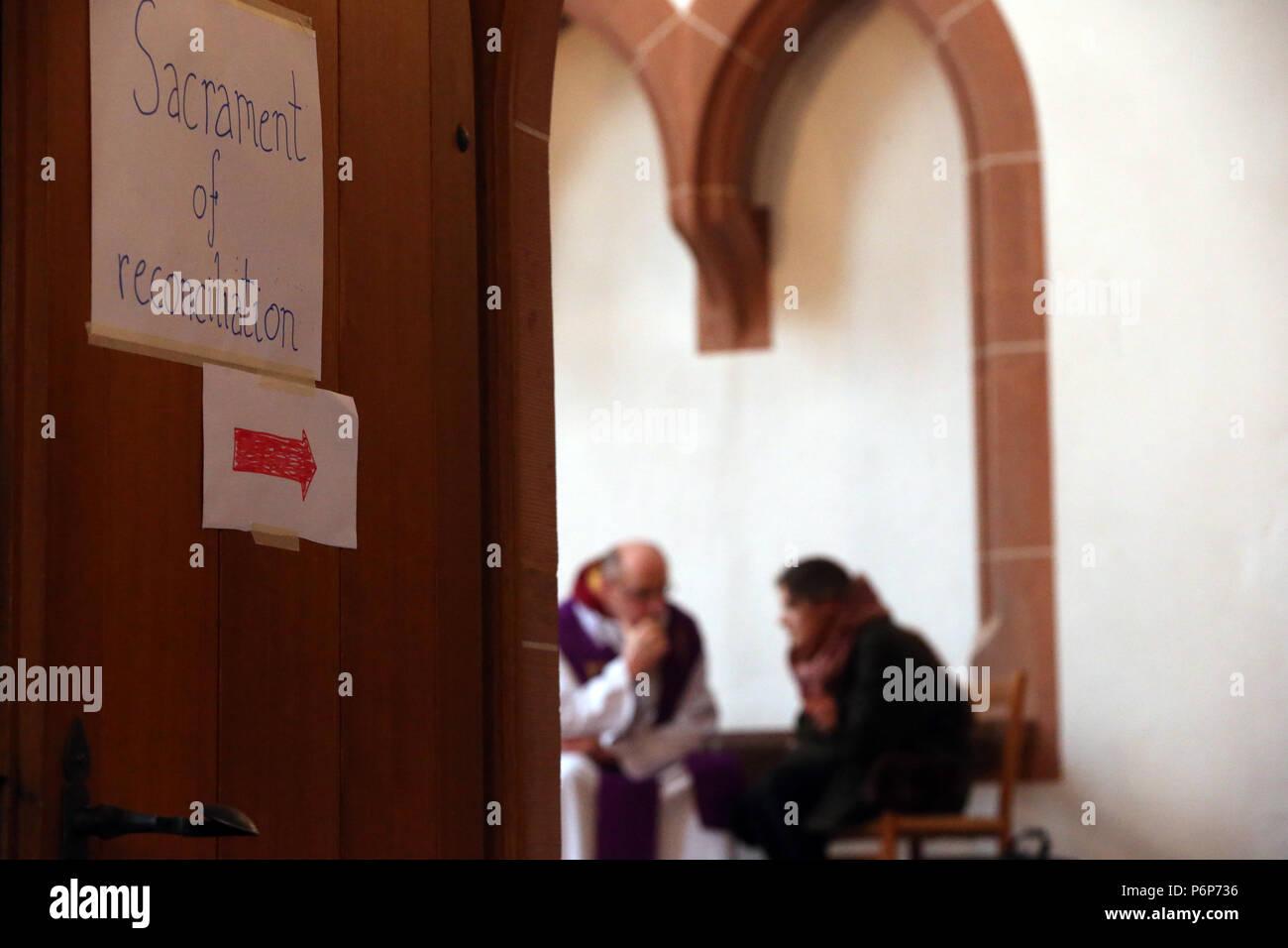 Leonhardskirche. Incontro europeo dei giovani di Taizé a Basilea. Sacramento della riconciliazione. Basilea. La Svizzera. Foto Stock