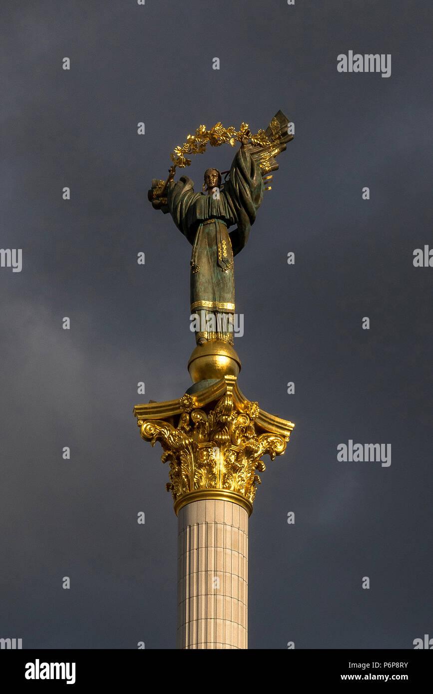 Statua in cima alla colonna di indipendenza su piazza Maidan, Kiev. L'Ucraina. Immagini Stock