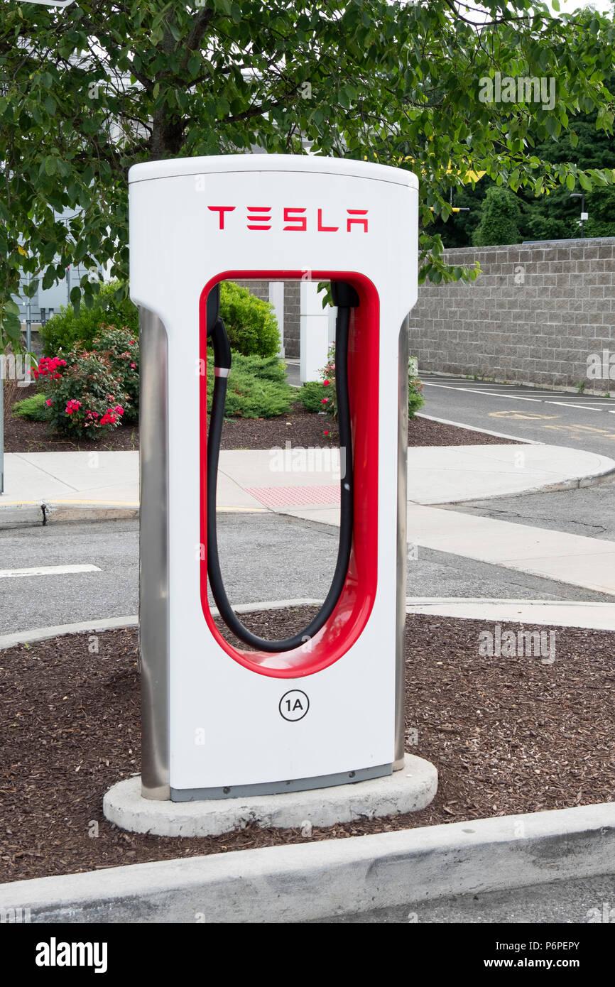Una Tesla auto elettrica stazione di ricarica in una strada del centro di benvenuto in Darien, Connecticut, appena fuori percorso ho95 Immagini Stock