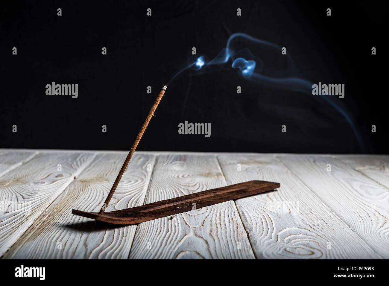 Stick aromatico a covare ed emette molto fumo. Foto Stock