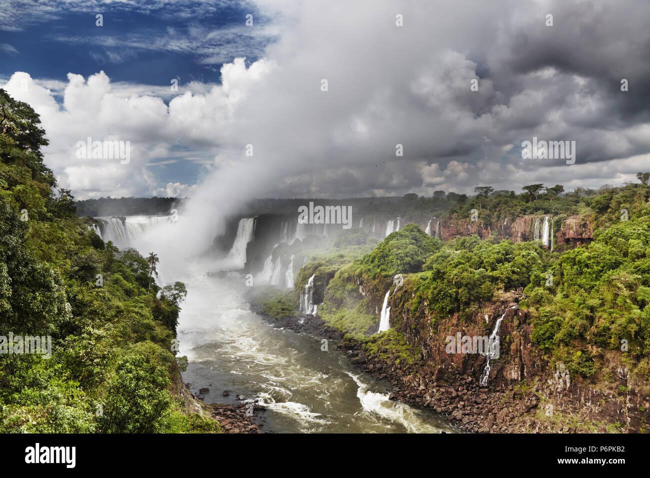 Iguassu Falls, la più grande serie di cascate del mondo, situato presso il brasiliano e argentino di frontiera, vista dal lato Brasiliano Immagini Stock