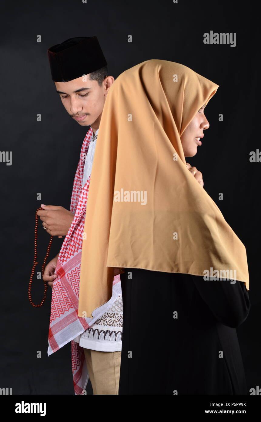 Giovani Musulmani che l uomo e la donna che prega Immagini Stock