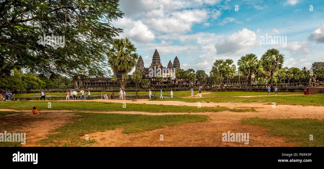 Panorama del tempio principale di Angkor Wat con turisti in primo piano. Siem Reap, Cambogia. Immagini Stock