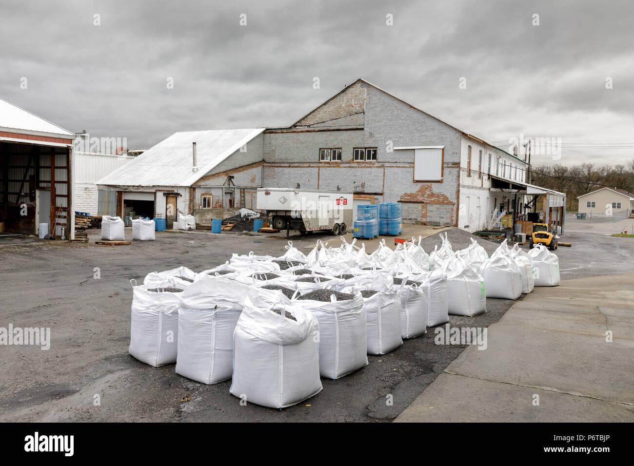 Fort pianura, nello Stato di New York, Stati Uniti d'America: sacchi di carbone per il riscaldamento domestico sono in vendita presso il negozio Amish. Immagini Stock