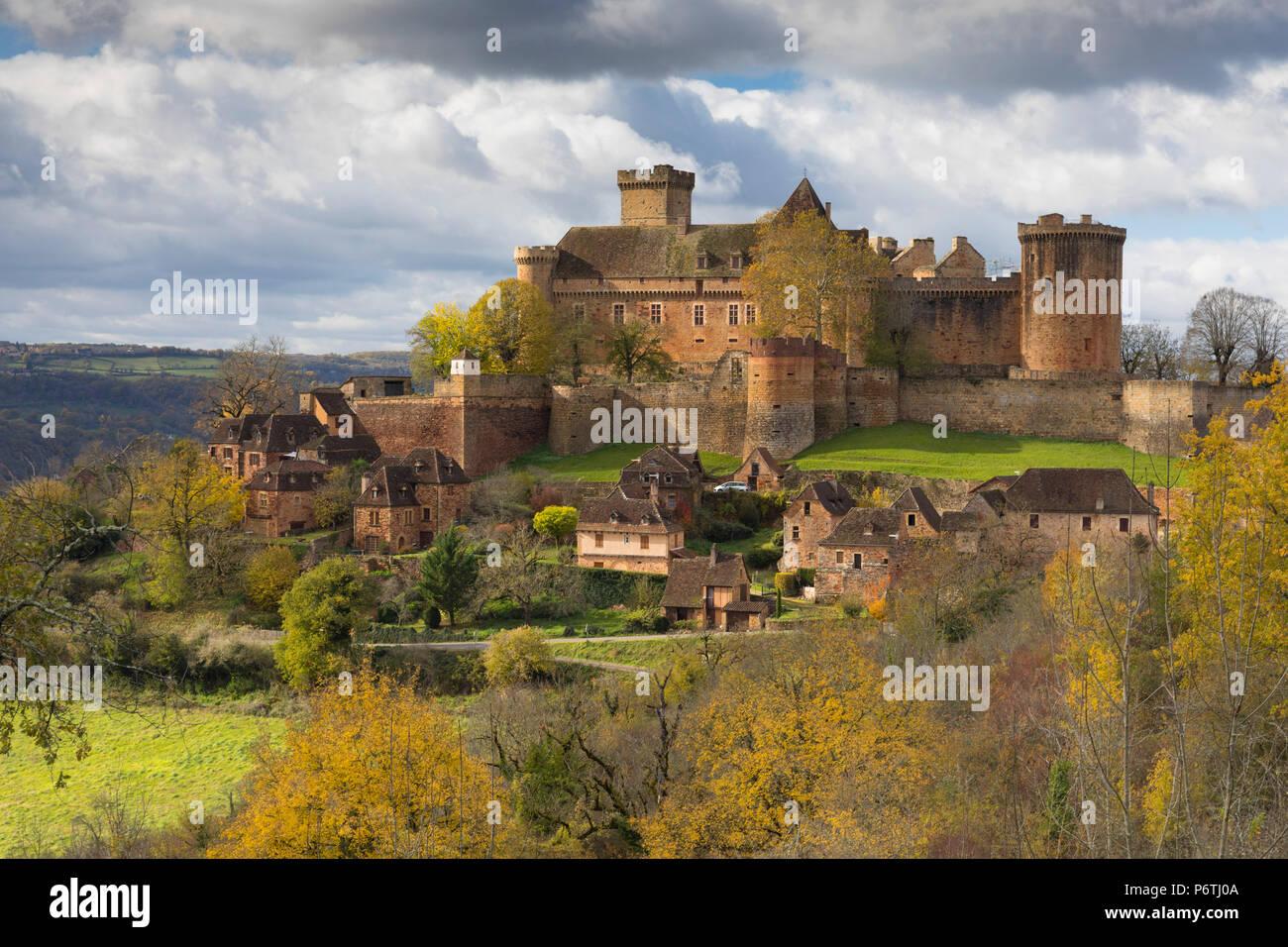Castelnau-Bretenoux in autunno, Lot, Midi-Pirenei, Francia Immagini Stock