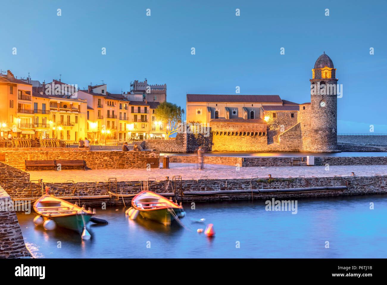 Vista notturna di Collioure, Pyrenees-Orientales, Francia Immagini Stock