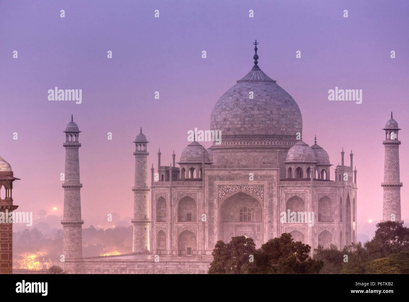 India, Uttar Pradesh, Agra il Taj Mahal (Sito UNESCO), in una notte di luna piena Immagini Stock