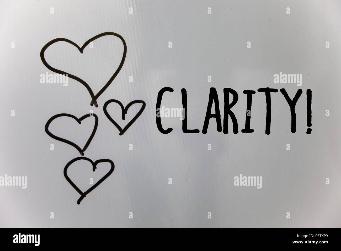 Parola di scrittura di testo chiarezza. Il concetto di business per la certezza di purezza di precisione comprensibilità trasparenza accuratezza cuori sfondo bianco idee messa Immagini Stock