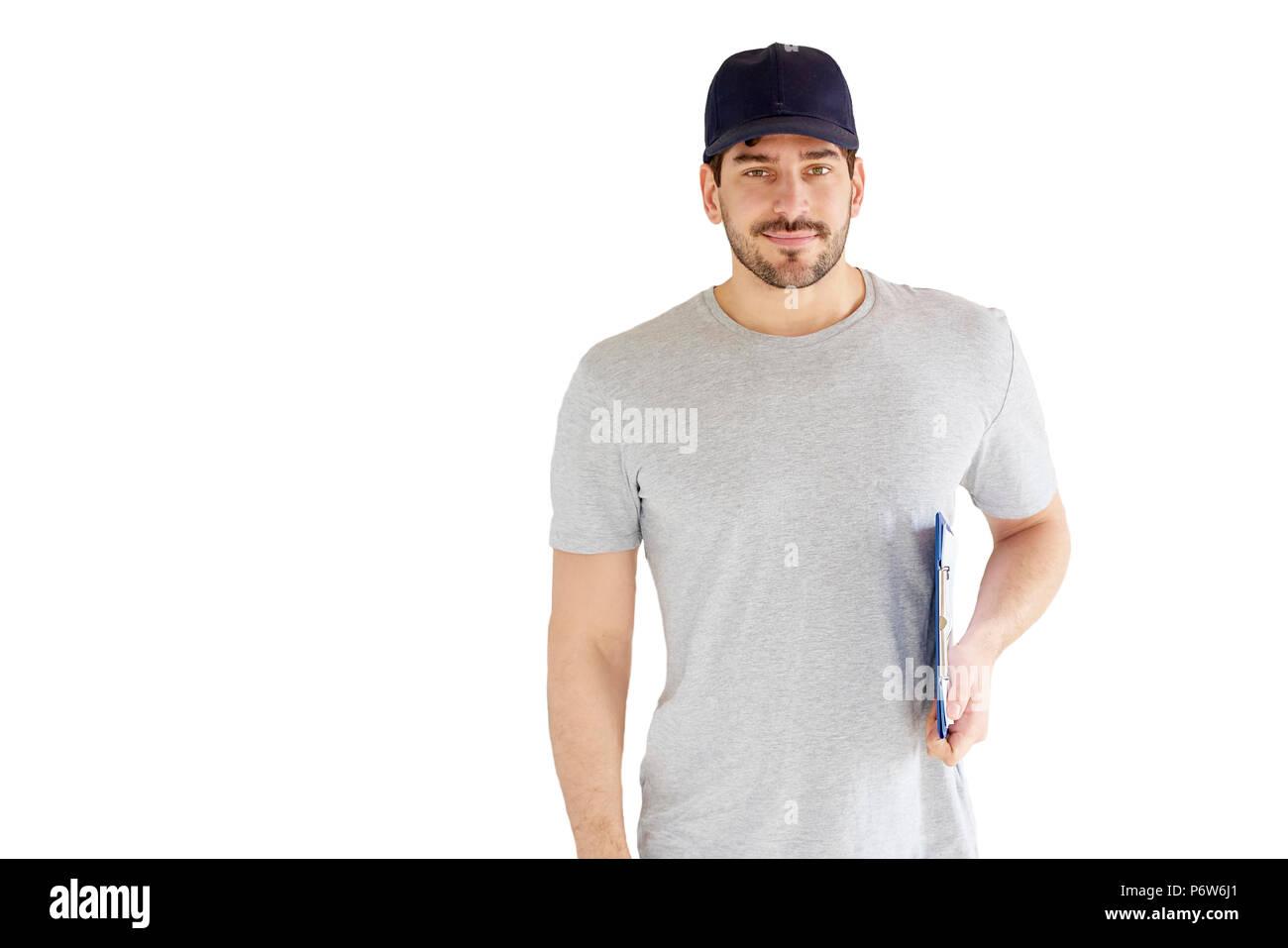 Sorridente portando l Ritratto di bel giovane uomo in piedi alla isolato  sullo sfondo bianco. Sorridente portando l uomo indossa cappello da  baseball e ... dbd183082bb8