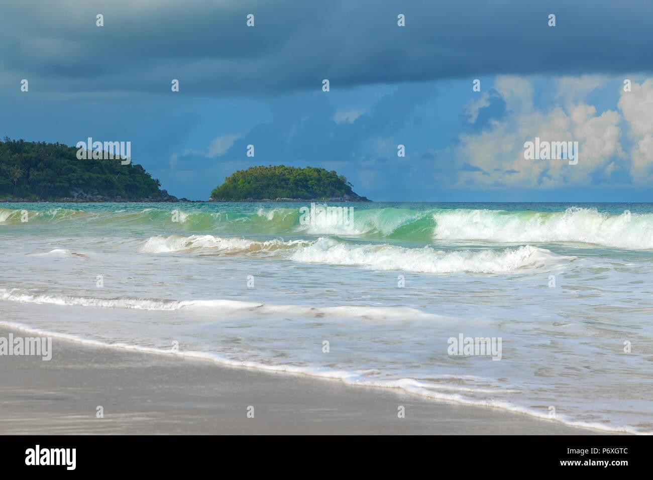 Tempesta sulla Karon Beach. Isola di Phuket in Thailandia. Immagini Stock