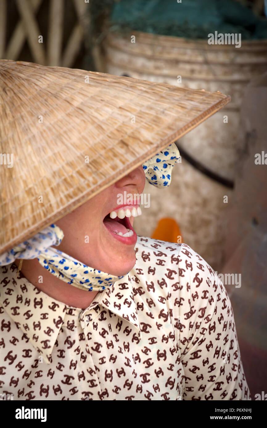 Ritratto di donna con il tradizionale cappello conico , il Vietnam Immagini Stock