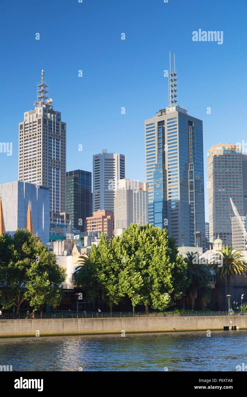 Lo skyline di Melbourne lungo il fiume Yarra, Melbourne, Victoria, Australia Immagini Stock
