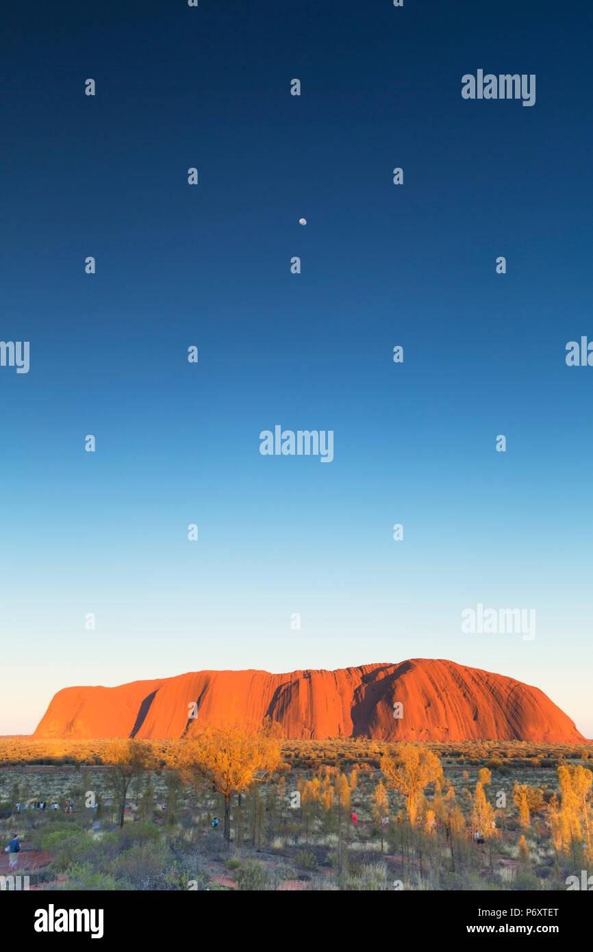 Uluru (Patrimonio Mondiale dell'UNESCO) all'alba, Uluru-Kata Tjuta National Park, il Territorio del Nord, l'Australia Foto Stock