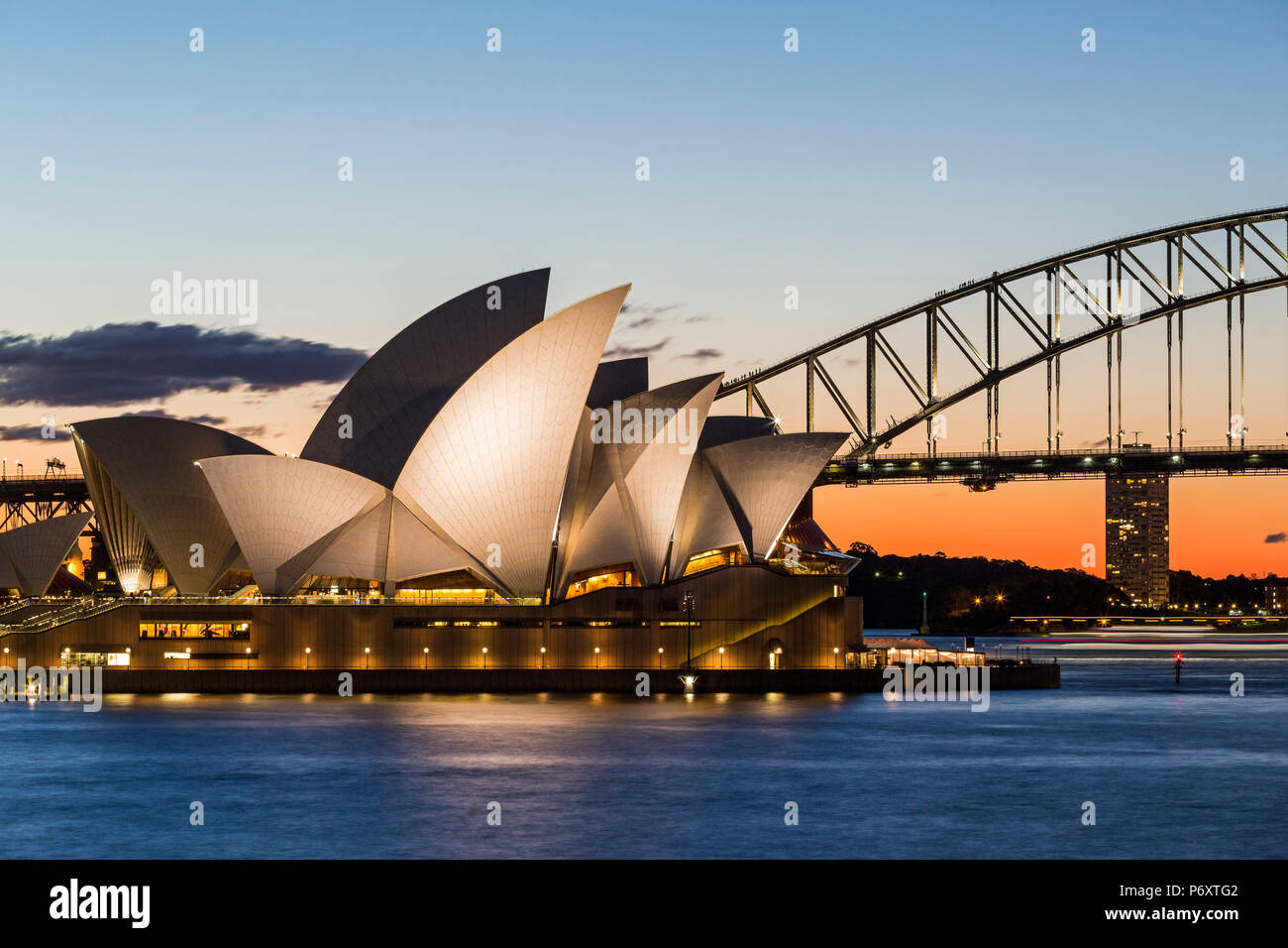 Sydney al tramonto. Opera house da Mrs Macquaries Chair. Nuovo Galles del Sud, Australia Immagini Stock