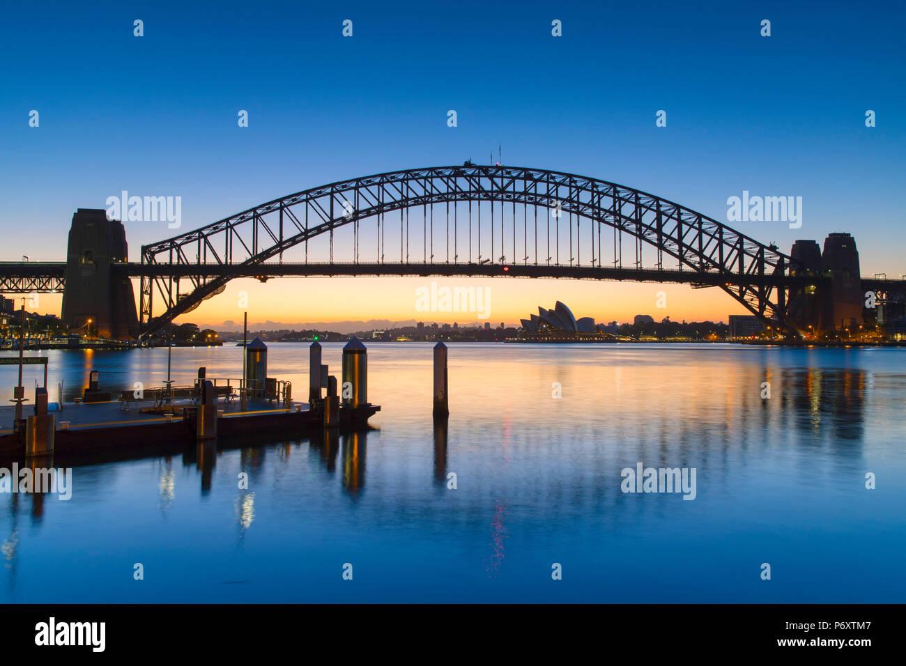 Il Sydney Harbour Bridge all'alba, Sydney, Nuovo Galles del Sud, Australia Immagini Stock