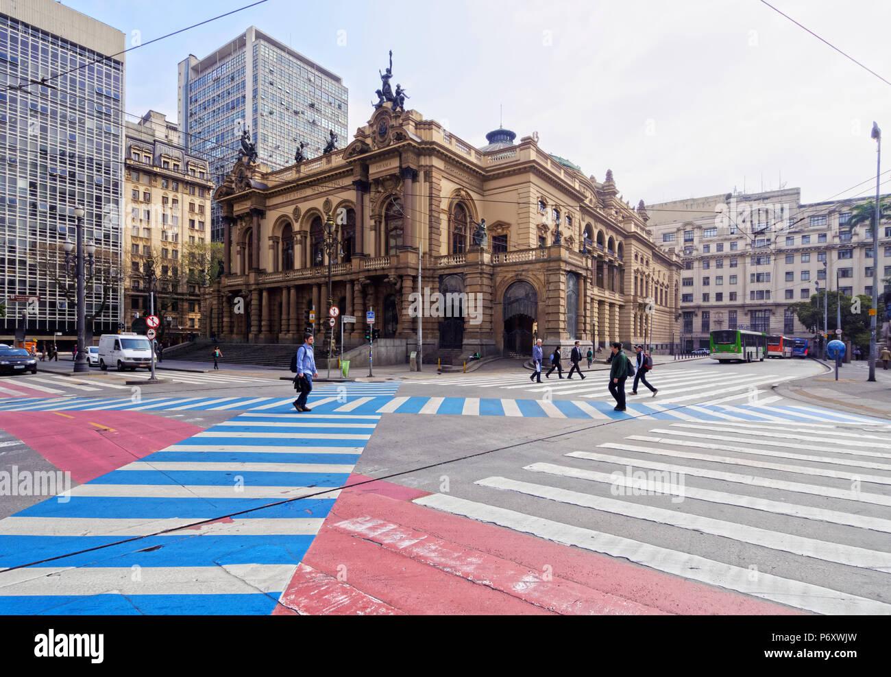 Il Brasile, Stato di Sao Paulo, città di Sao Paulo, vista del teatro comunale in corrispondenza della giunzione di Viaduto do Cha, Rua Xavier de Toledo e Praca Ramos de Azevedo. Immagini Stock