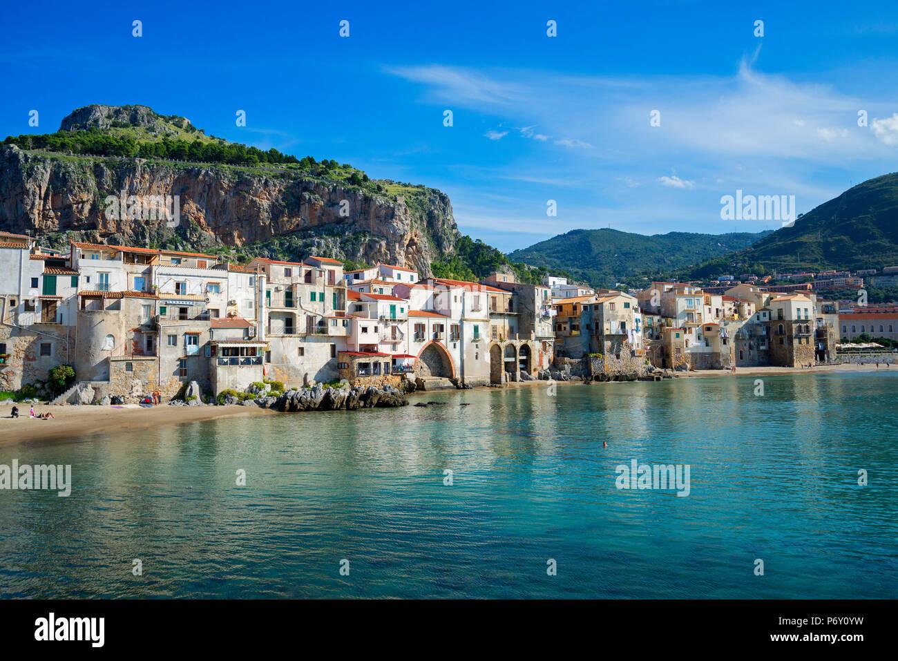 Imbarcazioni di pesca artigianale e fishermens case, Cefalu, Sicilia, Italia, Europa Immagini Stock