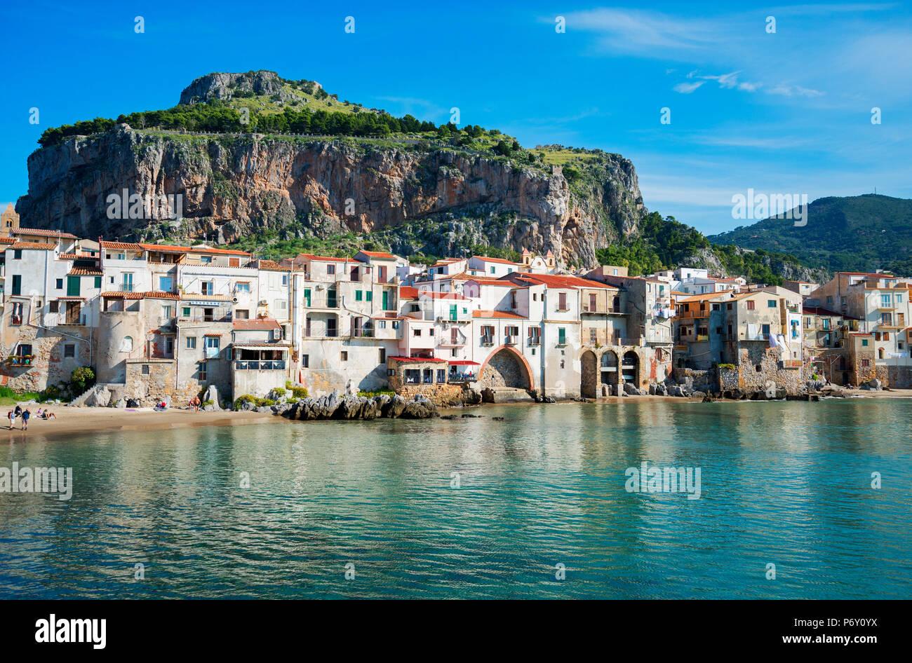 Città vecchia e la Rocca Cliff, Cefalu, Sicilia, Italia, Europa Immagini Stock