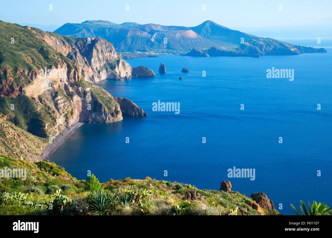 Vista dal Belvedere di Quattrocchi, Lipari, Isole Eolie, Sito Patrimonio Mondiale dell'UNESCO, Sicilia, Italia, Mediterraneo, Europa Immagini Stock