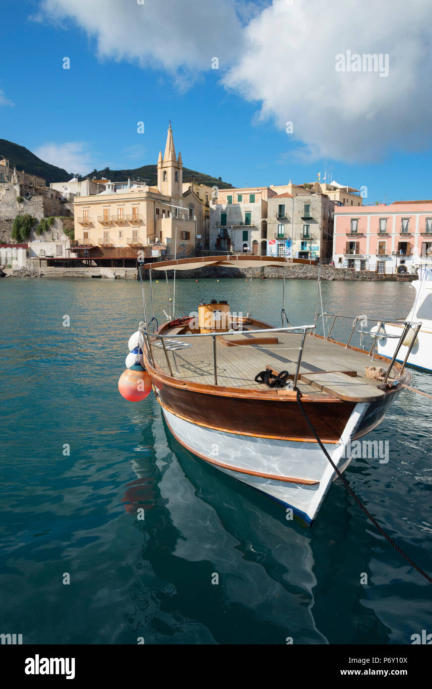 Marina Corta Harbour e San Giuseppe chiesa cittadina Lipari, Isola di Lipari, Isole Eolie, Sito Patrimonio Mondiale dell'UNESCO, Sicilia, Italia, Mediterraneo, Europa Immagini Stock