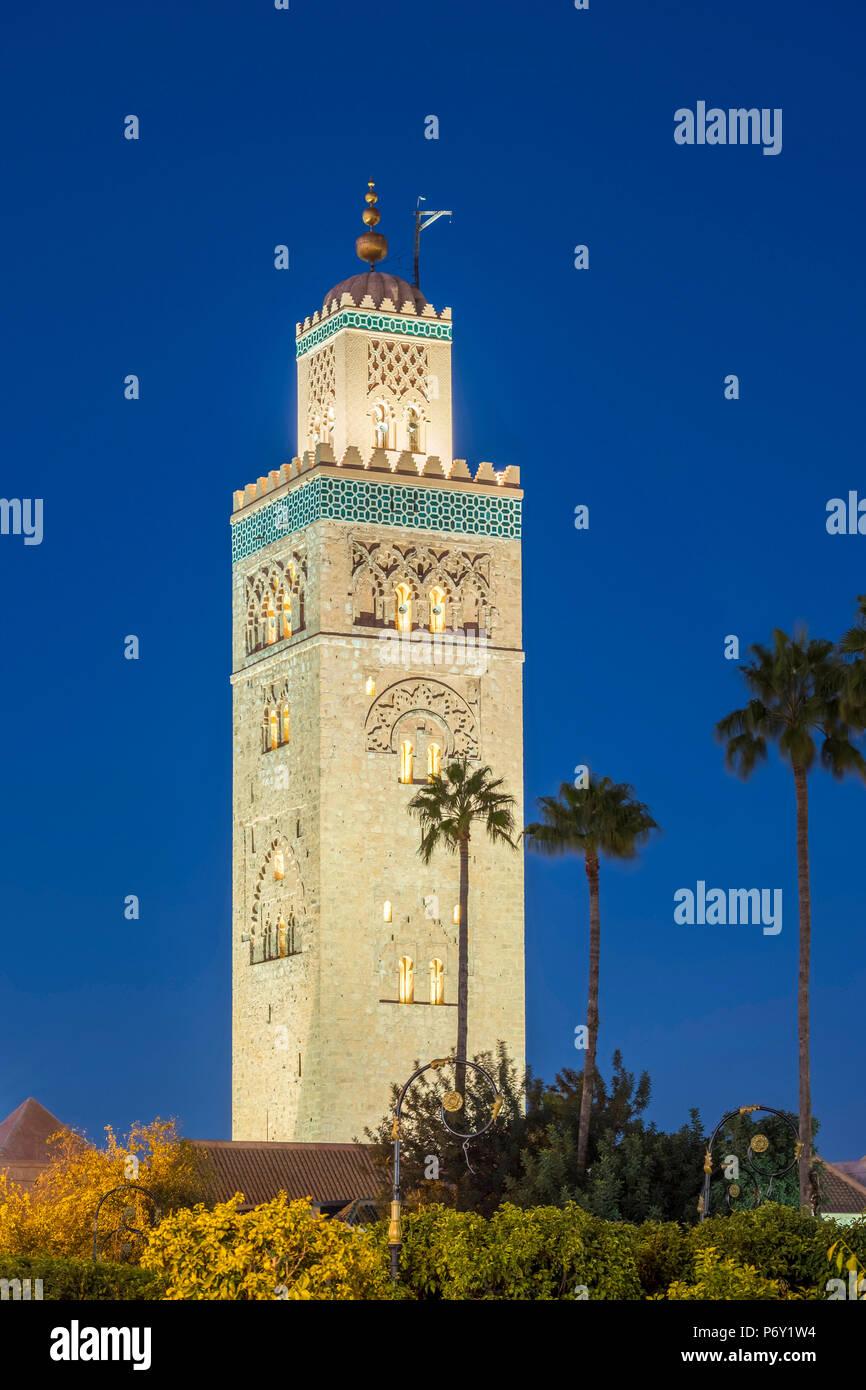 Il Marocco, Marrakech-Safi (Marrakesh-Tensift-El Haouz) regione, Marrakech. Xii secolo minareto della moschea di Koutoubia al crepuscolo. Foto Stock