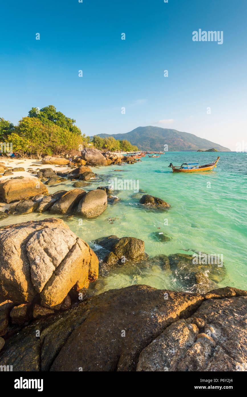 Sunrise Beach, Ko Lipe, Provincia di Satun, Thailandia. Il paesaggio costiero. Foto Stock
