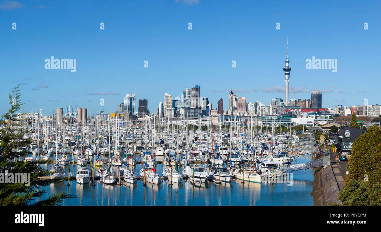 Westhaven Marina & skyline della città di Auckland, Northland e North Island, Nuova Zelanda, Australasia Immagini Stock