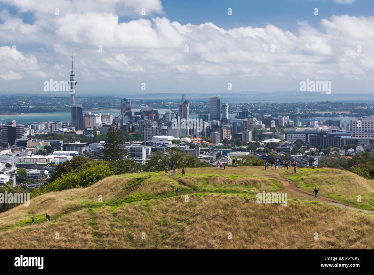 Nuova Zelanda, Isola del nord di Auckland, lo skyline di elevata da Mt. Eden cono del vulcano Immagini Stock
