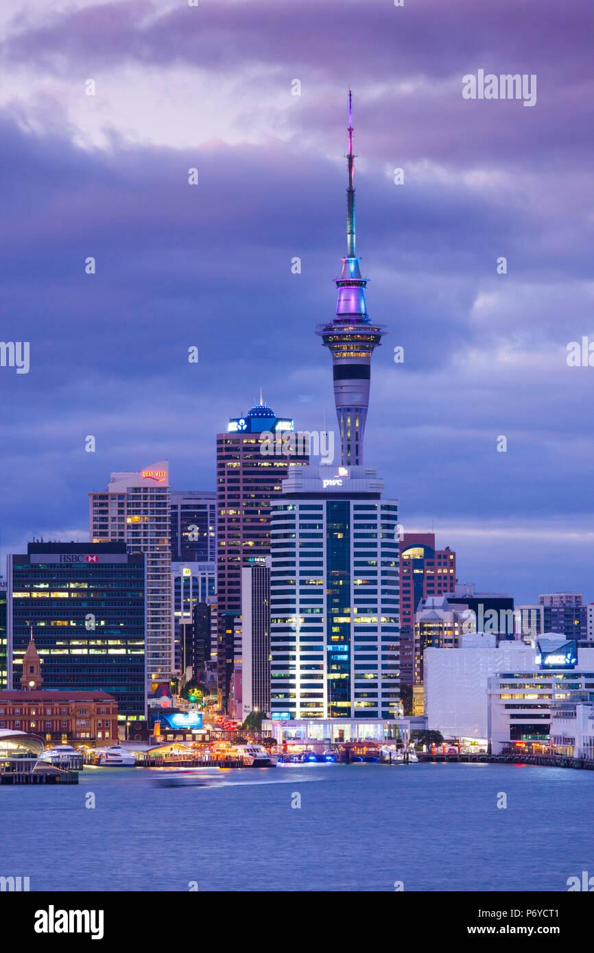 Nuova Zelanda, Isola del nord di Auckland, in vista dello skyline di Devonport, alba Immagini Stock