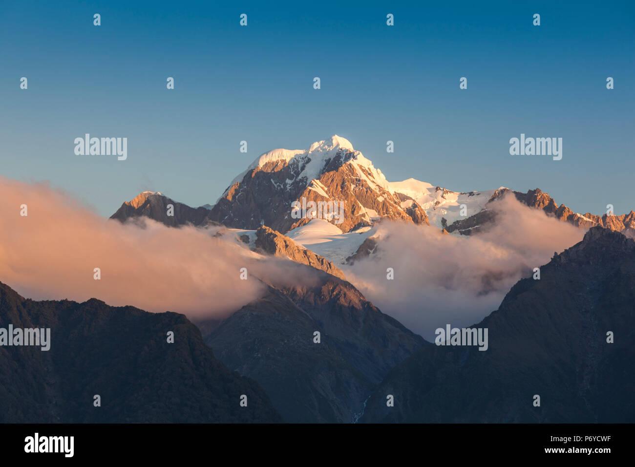 Nuova Zelanda, Isola del Sud, West Coast, villaggio Fox Glacier, Lago Matheson, riflessione di Mt. Tasman e Mt. Cuocere, crepuscolo Immagini Stock