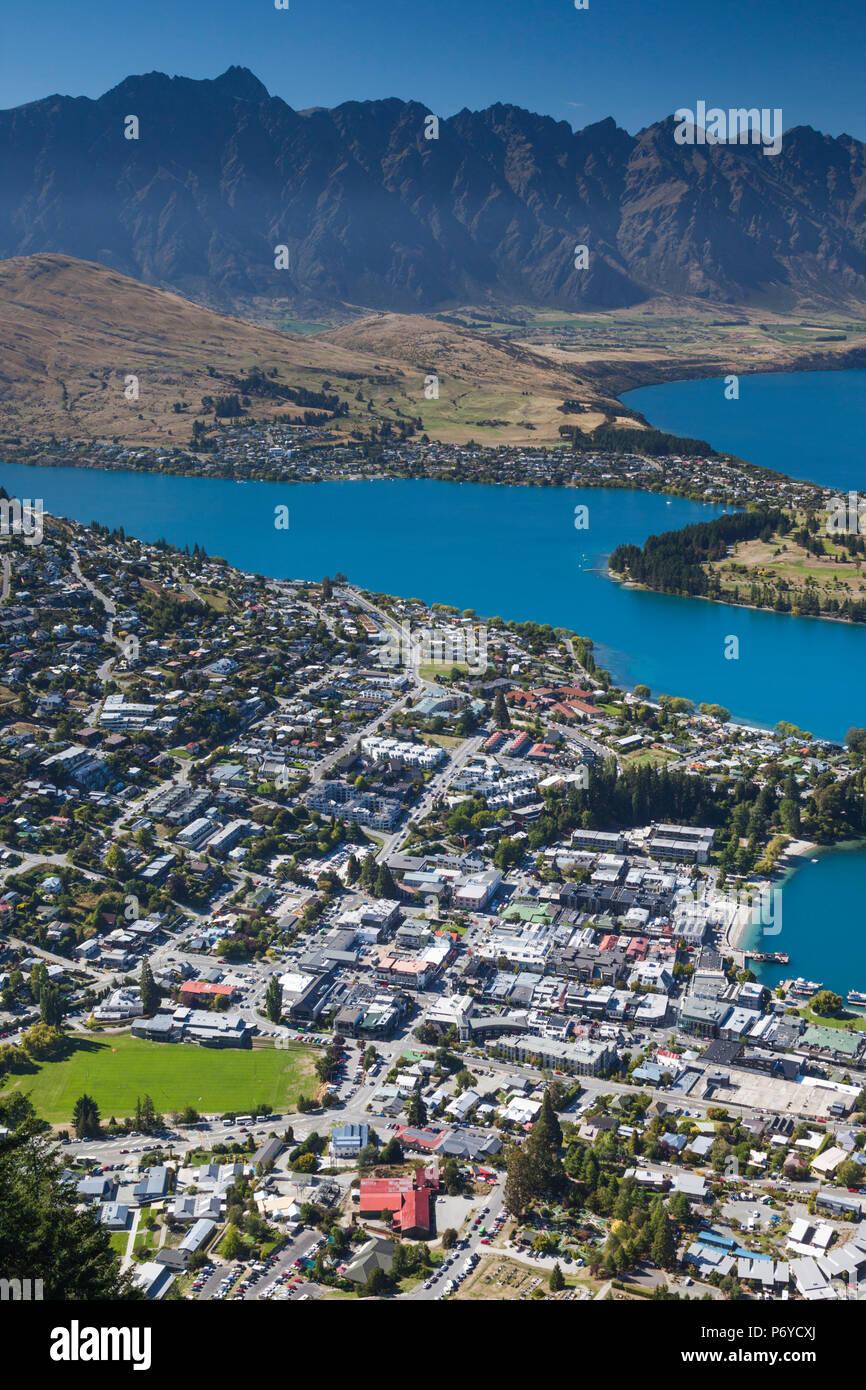 Nuova Zelanda, Isola del Sud, Otago, Queenstown, elevati vista città dalla Skyline Gondola deck Immagini Stock