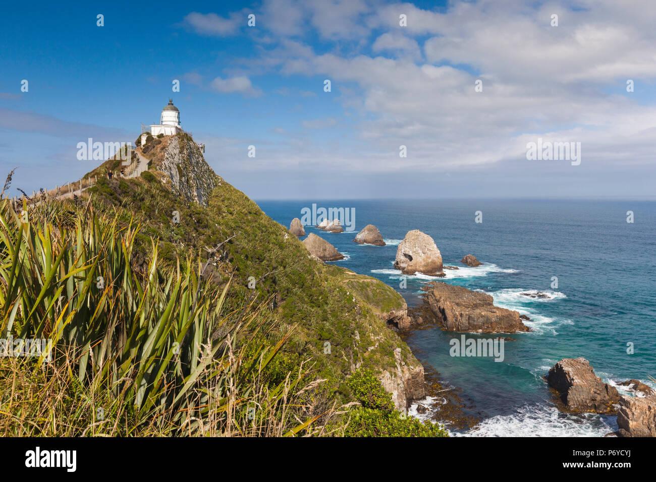 Nuova Zelanda, Isola del Sud, Southland, Il Catlins, Nugget Point, Nuggett Point LIghthouse, vista in elevazione Immagini Stock