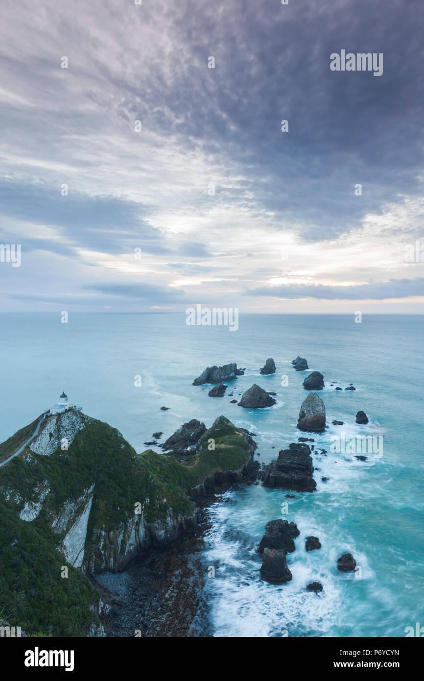 Nuova Zelanda, Isola del Sud, Southland, Il Catlins, Nugget Point, Nuggett Point LIghthouse, vista in elevazione, alba Immagini Stock