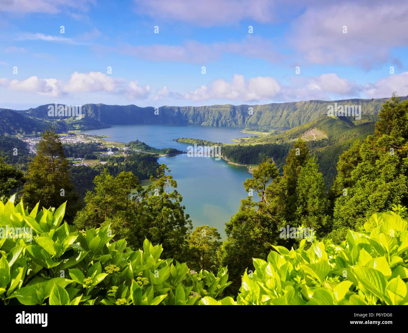 Portogallo Azzorre, Sao Miguel, comune di Ponta Delgada, Sete Cidades, vista in elevazione della Lagoa das Sete Cidades. Immagini Stock