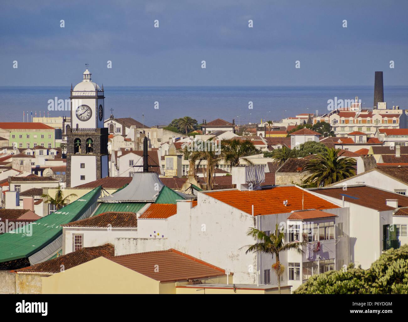 Portogallo Azzorre, Sao Miguel, Ponta Delgada, vista in elevazione della parte vecchia della città. Immagini Stock