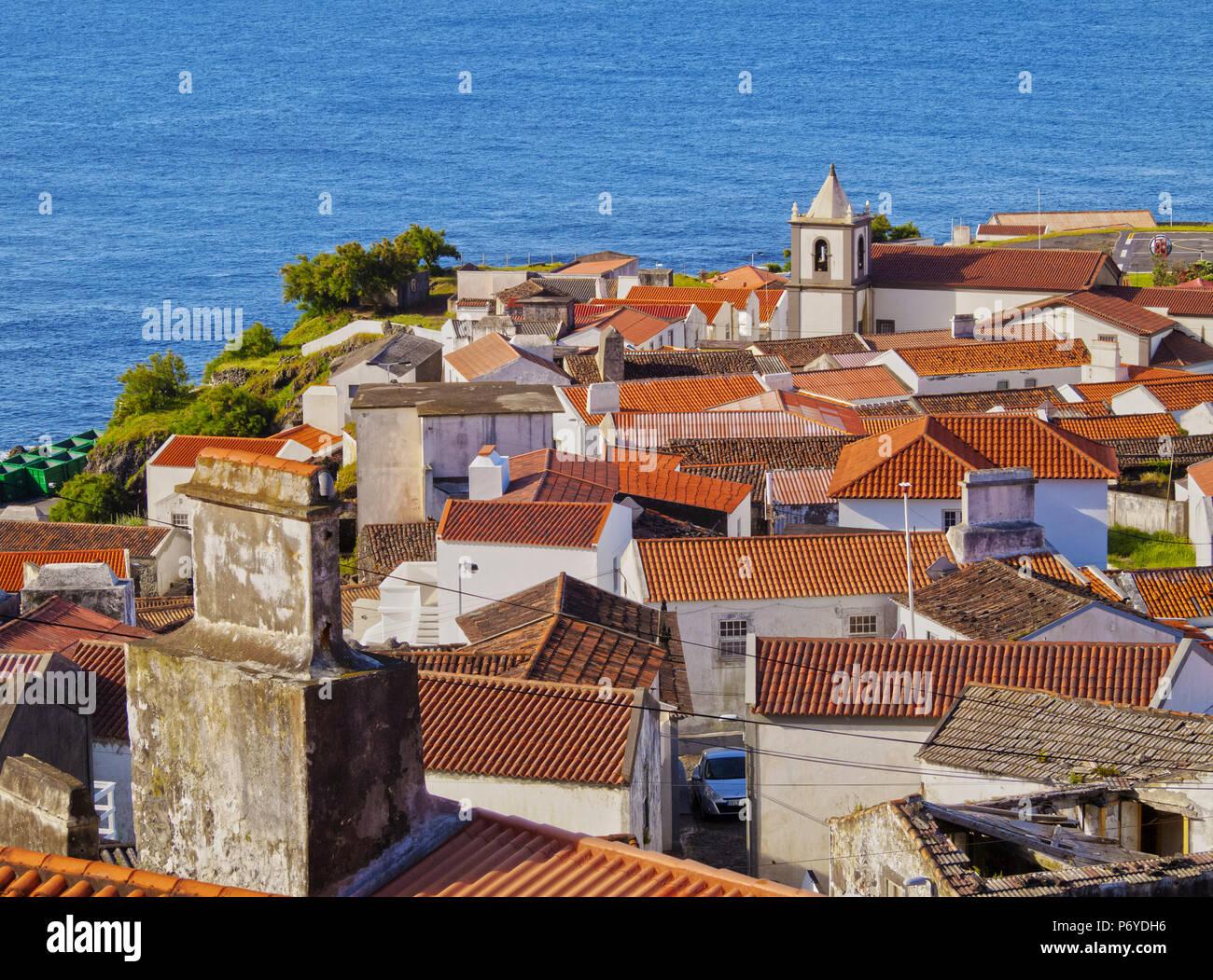 Portogallo Azzorre, Corvo, Vila do Corvo, vista in elevazione della città. Immagini Stock