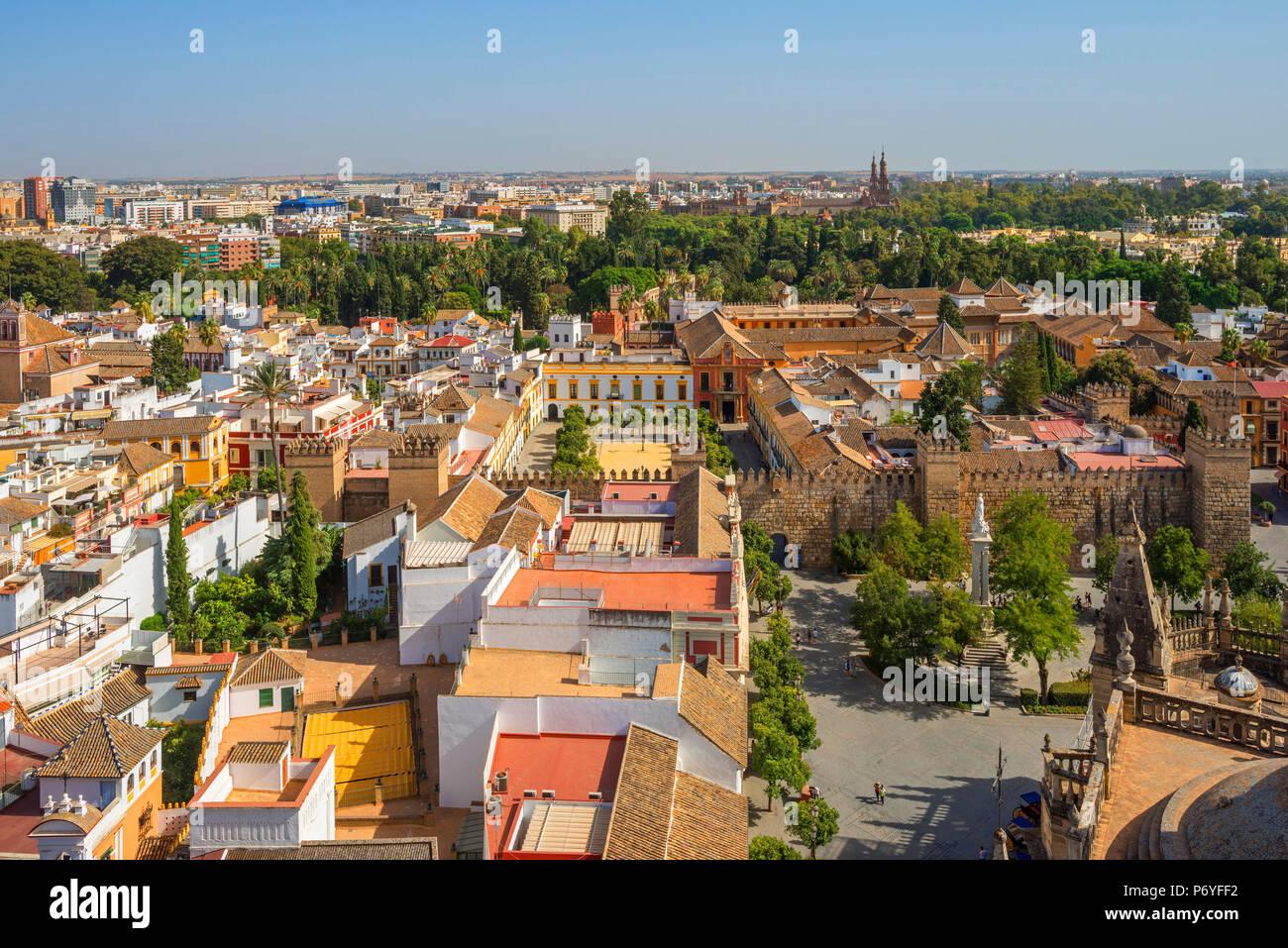 Vista dalla Torre Giralda della cattedrale sulla reale Alcazar e Sevilla, Sito Patrimonio Mondiale dell'UNESCO, Andalusia, Spagna Immagini Stock