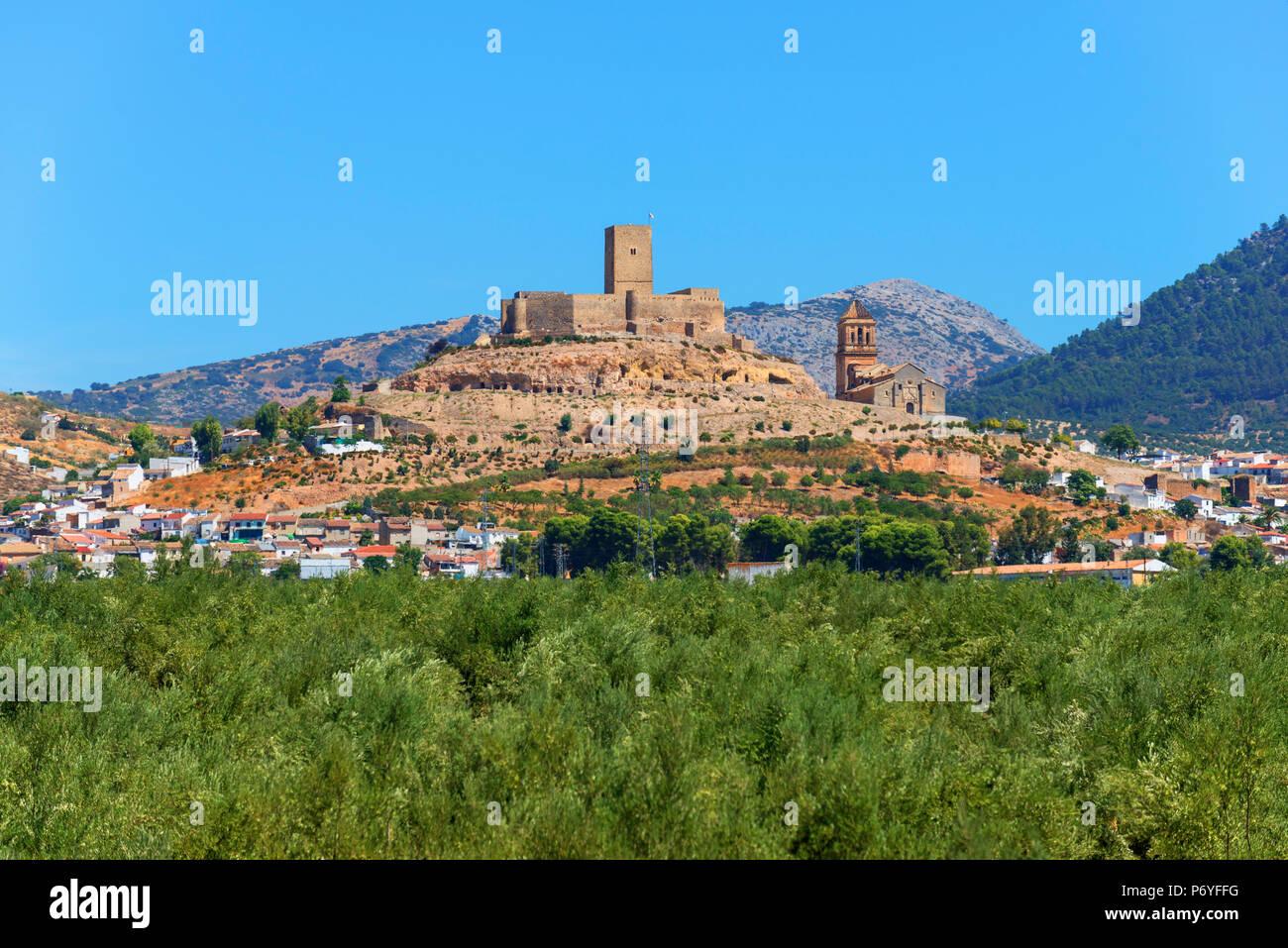 Vista a Alcaudete con castello, Andalusia, Spagna Immagini Stock